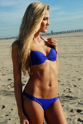 rubia megan rossee en bikini azul