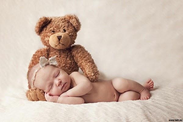 Bébé fille qui dort avec doudou