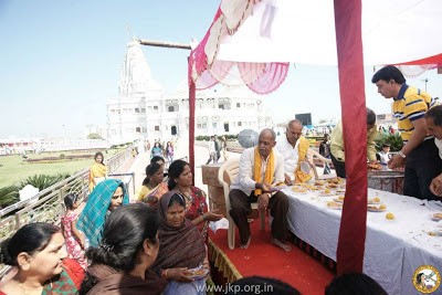 Kripalu Ji Maharajji graced Vrindavan villagers with a delicious prasad lunch