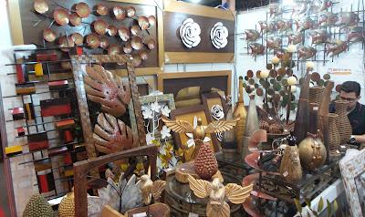 artesã; artesão; artista plástico; reciclagem; artesanato; feira; arte popular; lazer.