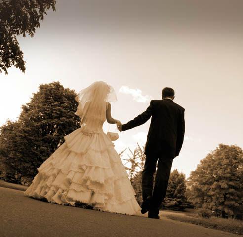 жених и невеста фото спиной