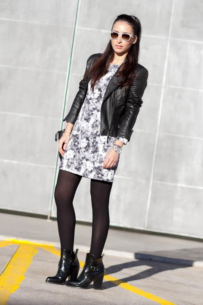 Outfit Estilismo de Blogger de moda y belleza con minivestido de neopreno y medias negras opacas 100 deniers de ORI con botines