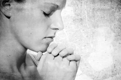 il senso della preghiera e della parola amen. Una donna assorta in preghiera