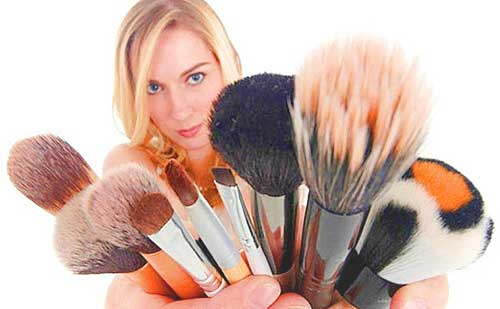 chica brochas maquillaje