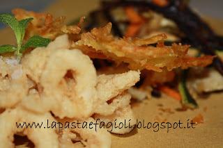 anelli di calamari e verdurine croccanti con cialda di patate
