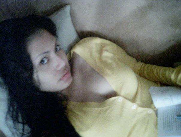 http://www.fenomania.com/2012/05/dilla-cewek-suka-pamer-toket.html