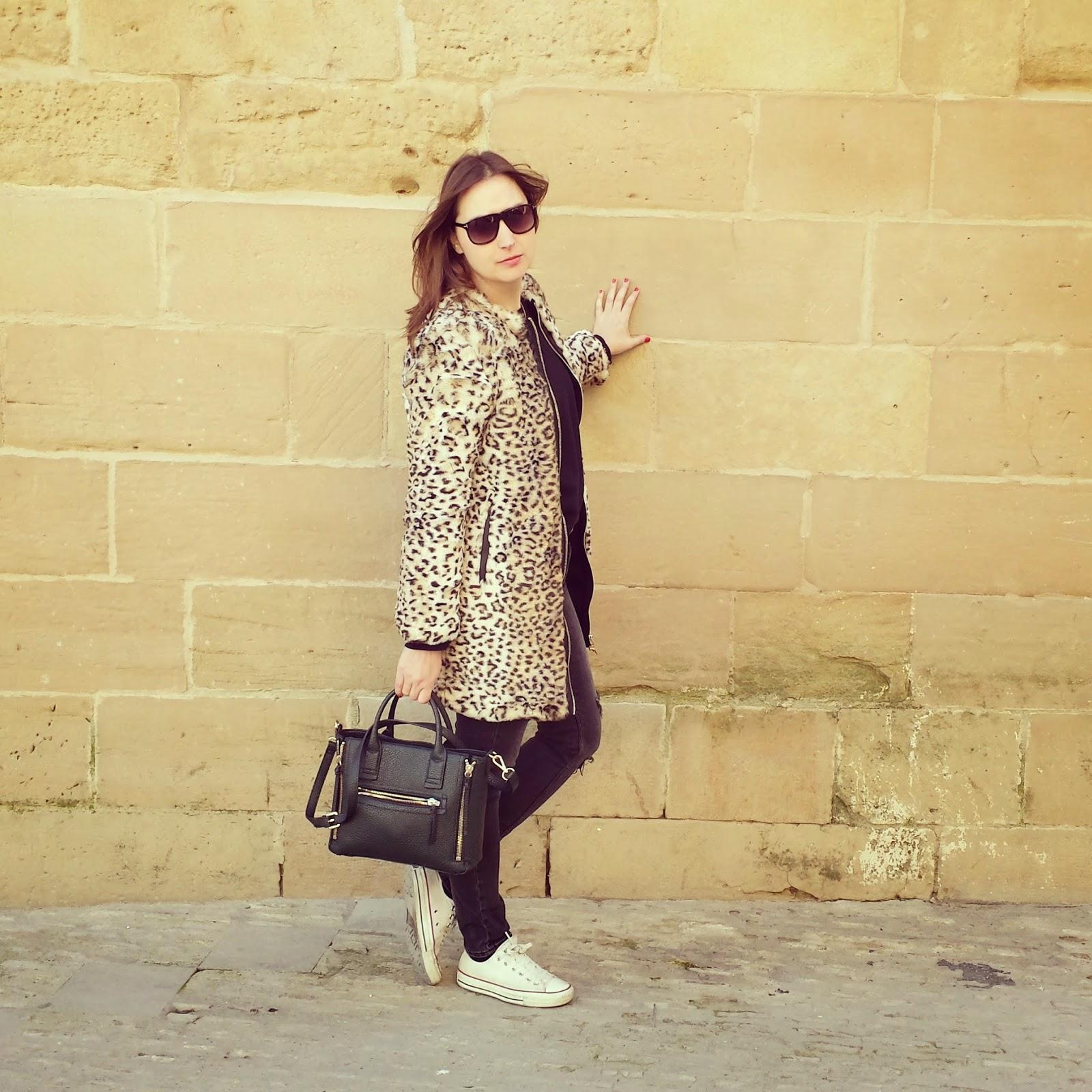 Outfit para un paseo de domingo con un abrigo de leopardo de Zara y unos ripped jeans de Bershka