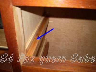 Passando cera no trilho inferior do gaveteiro.