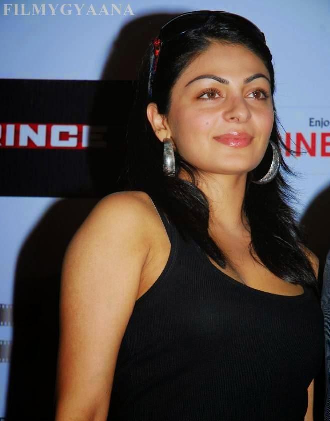 Neeru Bajwa Hot Cleavage Pictures