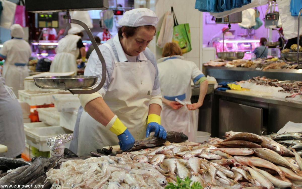 Peixeira cortando una merluza en Vigo