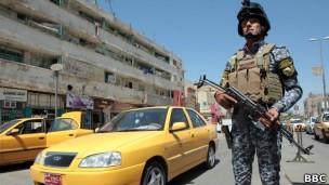 Batidas policiais em Bagdá muitas vezes servem para prender homossexuais, dizem alguns (Foto: BBC)