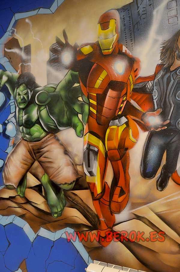 Graffiti mural de Ironman en habitación juvenil
