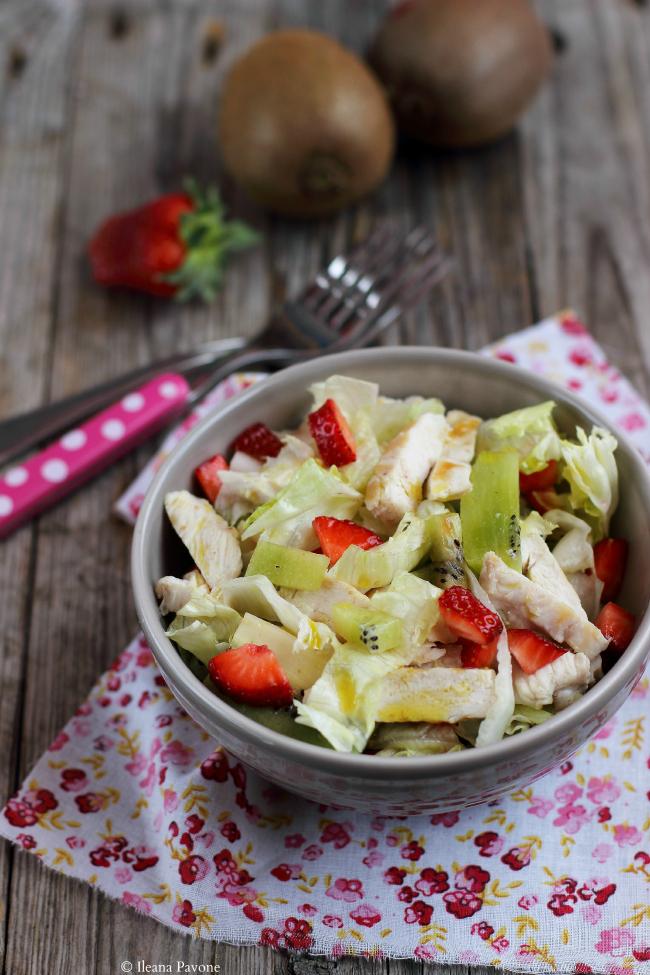 insalata di pollo con kiwi e fragole