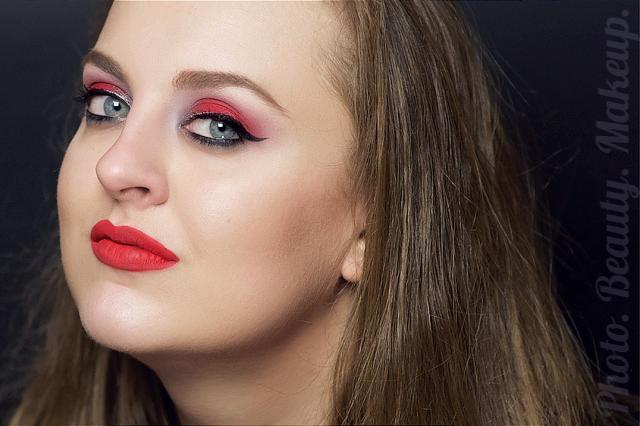 Яркий макияж с красными губами