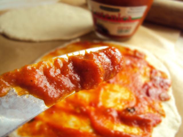 Domowa pizza na ciennkim cieście z lutenicą salami i pieczarkami