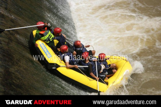 Rafting di Cisadane Bogor melewati DAM setinggi 3 meter