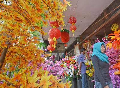 APAN BUNGA : Salah satu karyawan di Kota Bunga, sedang menyelesaikan pesanan papan bunga ucapan. FOTO HARYADI/PONTIANAKPOST