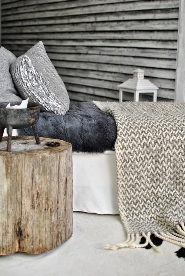 svartvitt vardagsrum schäslong diy kuddar trästubbe tapet mr perswall