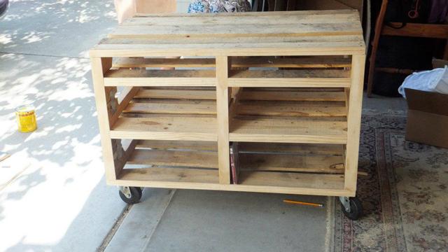 Rack de TV feito com paletes de madeira reciclados