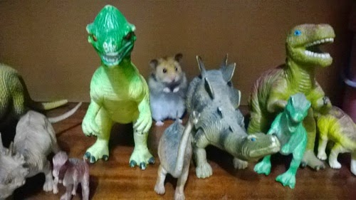 хомяк и игрушечные динозавры