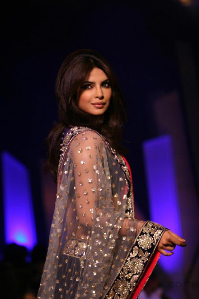 Priyanka Chopra in saree, Priyanka Chopra ramp walk in saree