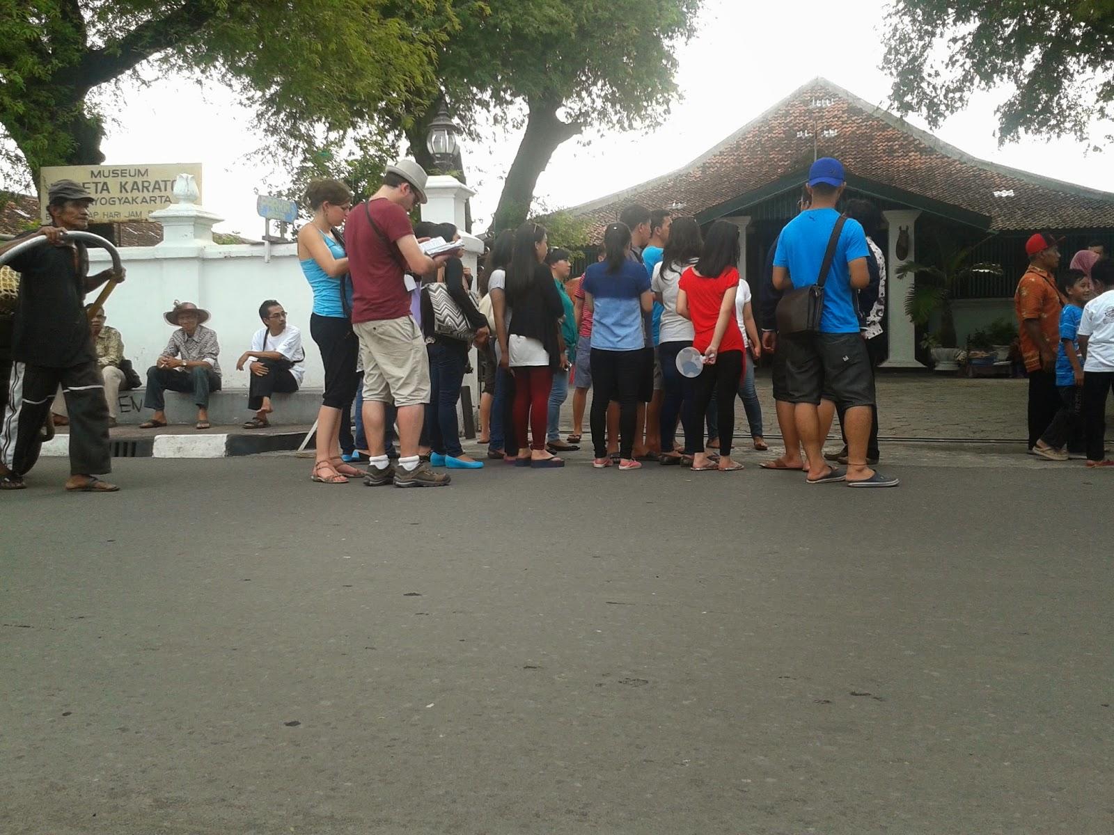Wisatawan memasuki pintu gerbang Museum Kareta Keraton