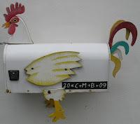Bild: Briefkasten der Aussieht wie ein Hahn und mit der Aufschrift: 20*C+M+B+09.