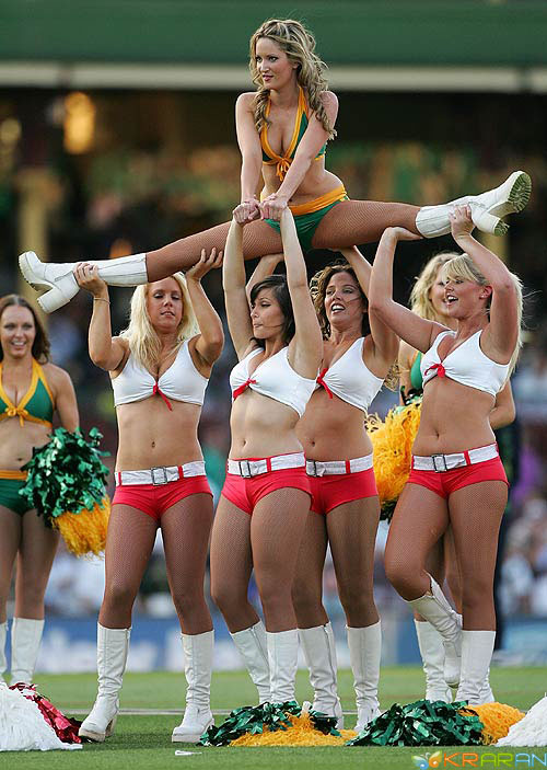 Pune Warriors has many sexy and hot Cheerleaders or Cheergirls dancing in