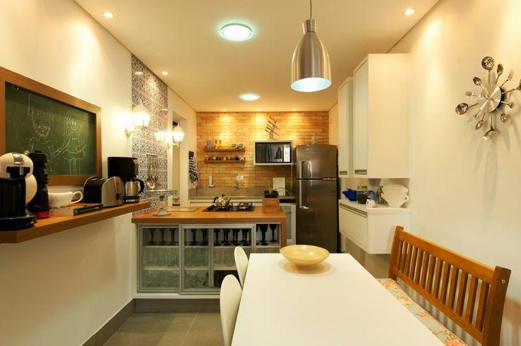 cozinha moderna com azulejos colonias e parede de tijolinhos