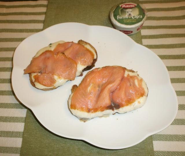 crostoni al salmone affumicato