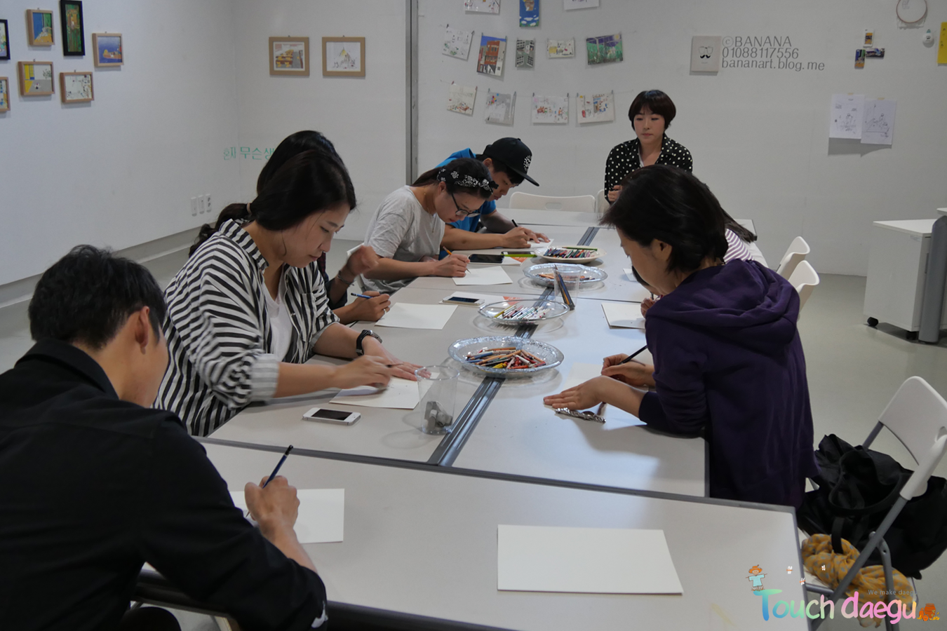 People are learning draw at Daegu Art Factory