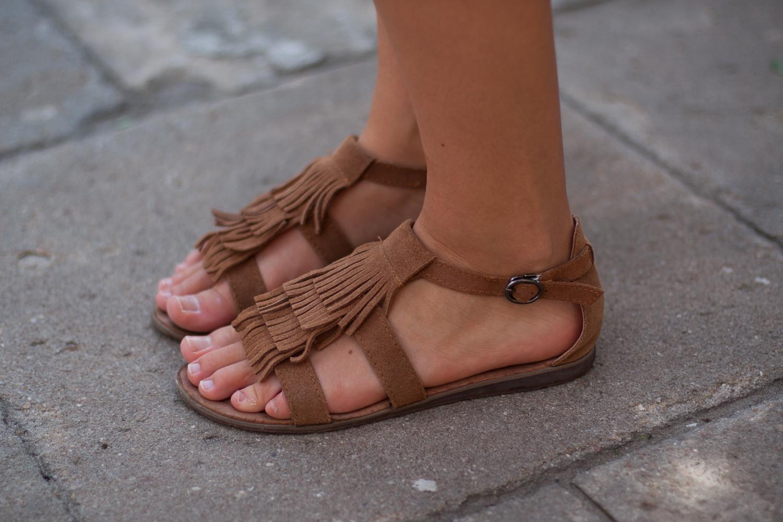 brązowe sandały z frędzlami