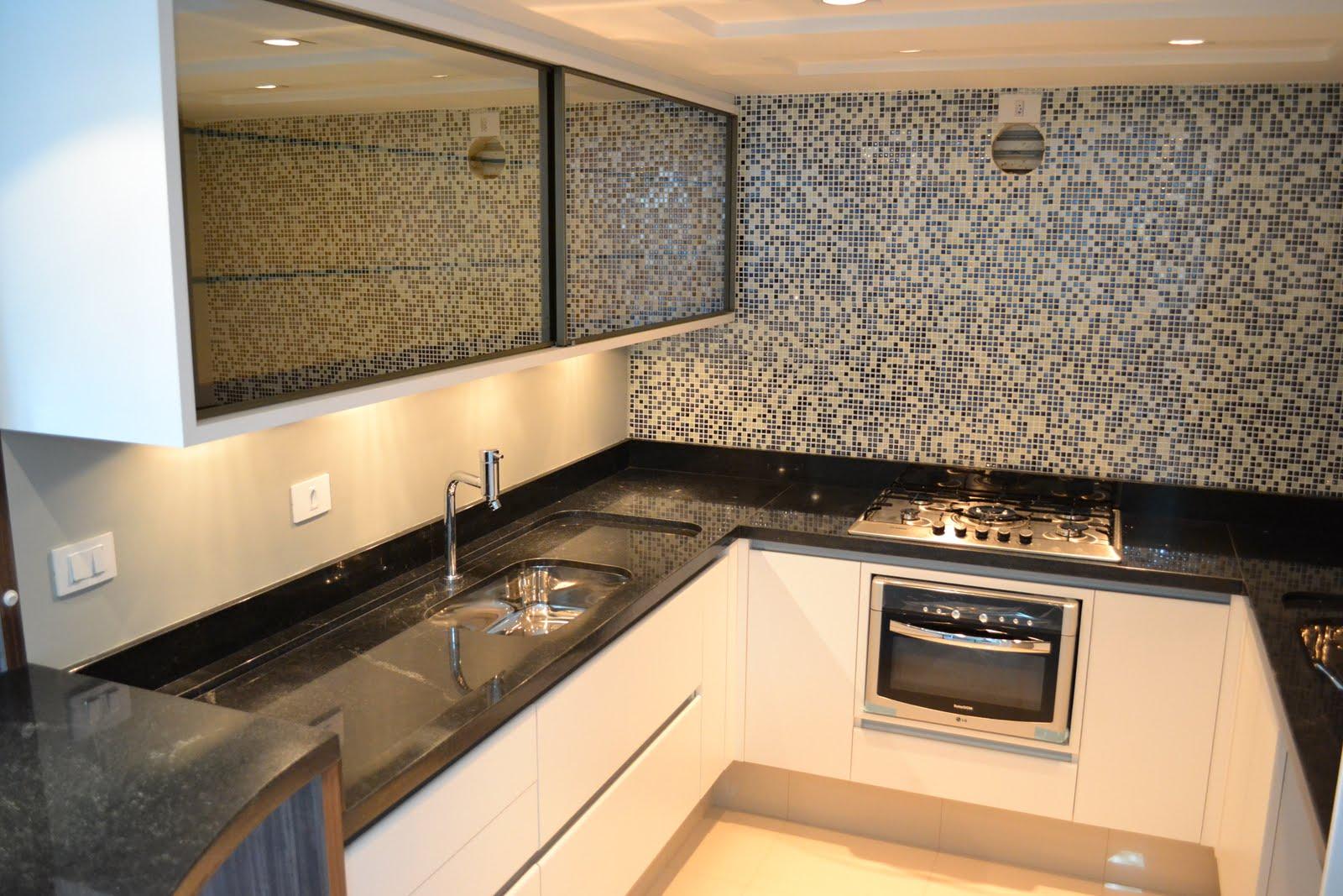 Cozinha branca com tampo em granito preto florido. #A66C25 1600x1067 Armario De Banheiro Em Espanhol