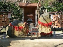 葛原岡神社:縁結び石