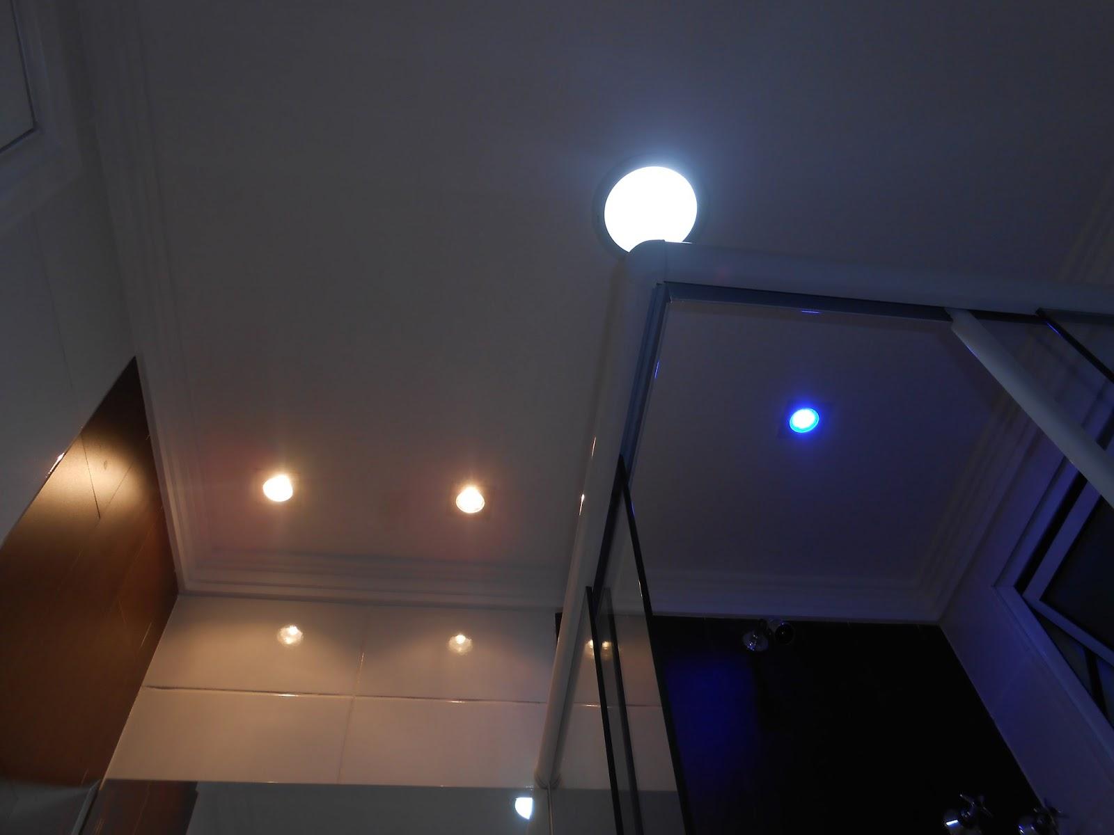 box a luz de led azul: ótimo para um banho relaxante no final do dia #A66925 1600x1200 Banheiro Com Luz Azul