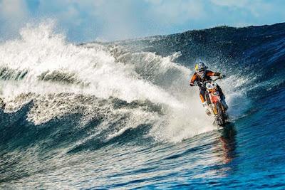 Ο άνθρωπος που καβάλησε ένα κύμα στην Ταϊτή πάνω σε μοτοσυκλέτα