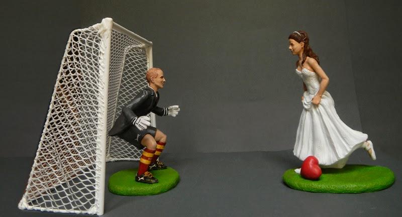 statuine sposi torta nozze a tema calcio sposini personalizzati orme magiche