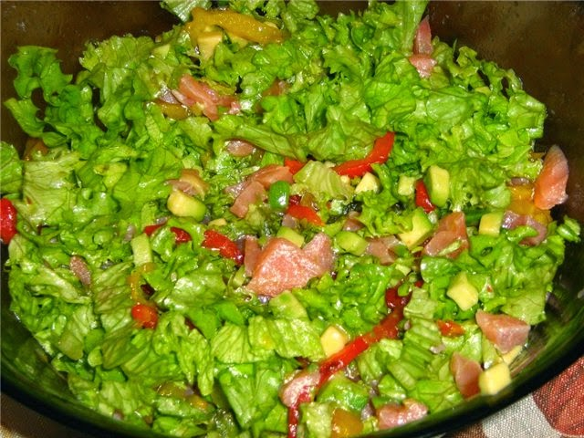 Салат с авокадо, семгой и свежими шампиньонами