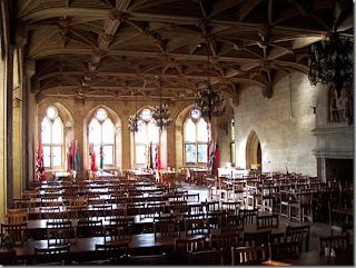 アトランティック・カレッジ (英国) 古城の食堂 ハリーポッターがいまにでも入ってきそう。