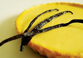 Hoch auflösendes Foto des Zitronenkuchens mit einer Vanilleschote