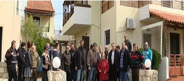 Τράπεζα στο Ρέθυμνο πετά στον δρόμο ηλικιωμένη λόγω χρεών – Δίπλα της δεκάδες αλληλέγγυοι πολίτες | Βίντεο