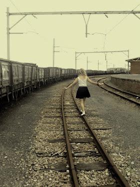 NinaVanDieBos speel op die treinspoor