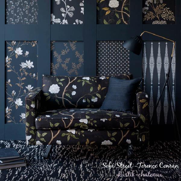 gracioso diseño interior con motivo de flores y sofa pequeño