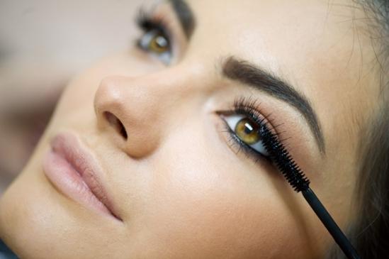 Cách trang điểm cho đôi mắt to căng tròn Mascara và lông mi giả