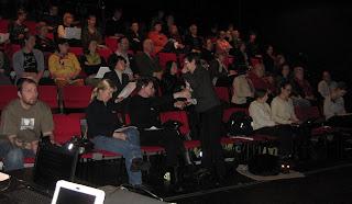 Noin 60 osallistujaa seminaarissa punaisilla penkeillä ja vilkasta keskustelua
