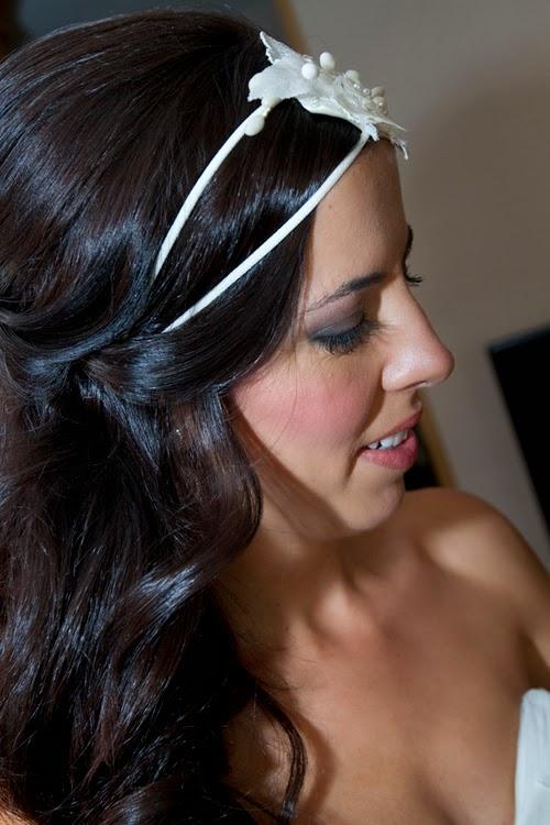 La doble cinta de este tocado de novia le da un aire muy vintage, son muy favorecedoras al rostro y permiten una sujección perfecta y muy cómoda