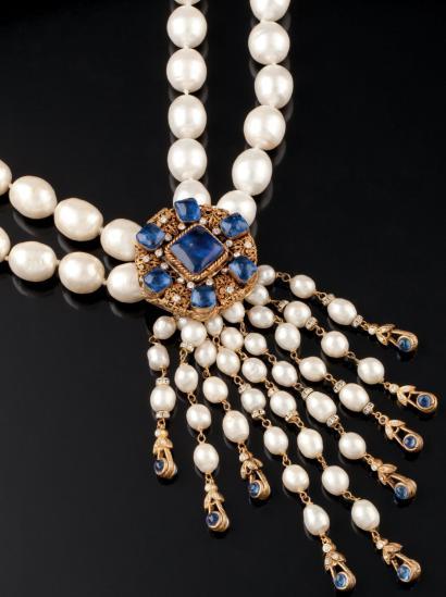 Gripoix pour CHANEL circa 1984 Collier composé de sept rangs de perles  baroques, blanches, grises entrecoupées d\u0027anneaux en métal doré gravé.  Signé, daté 2.