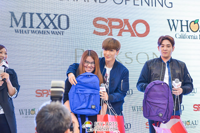 The first lucky winner receiving autographed SPAO bag from LeeTeuk and KangIn
