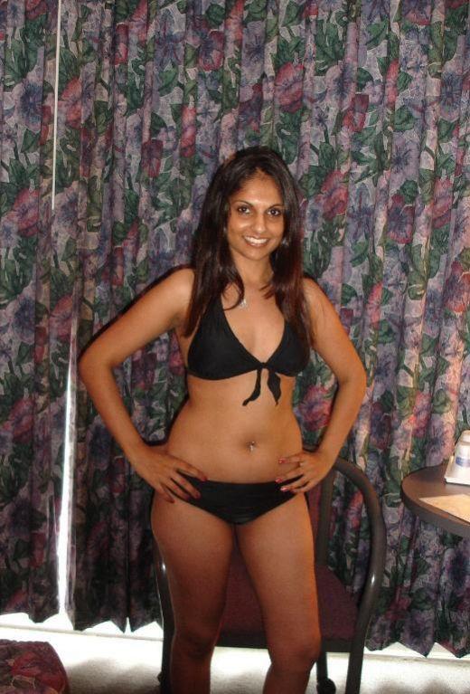 Desi Girls And Hot Bhabhi Exposing IN Bikini boobs and Cleavage indianudesi.com