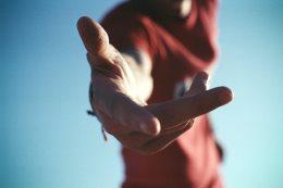 Человек протягивает руку помощи